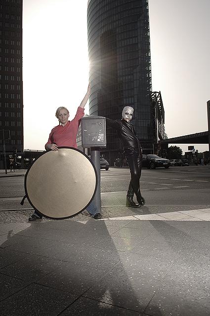"""<a href=""""http://telfser.com/images/Janette+Schwericke/"""">© Dieter Telfser 2008</a> — Maske: <a href=""""http://www.janette-schwericke.de/"""">Janette Schwericke</a> — © Foto: <a href=""""http://www.cat-reflection.de"""">Cathleen Herwarth von Bittenfeld</a> — <b><a href=""""http://telfser.com/stories/5549/"""">Achtung—Ächtung</a></b> — Dieter Telfser für Typo Berlin 2008 — Berlin/Potsdamer Platz, Freitag 30.05.2008 — <b>Wer sich selbst mag, hält seinen Spiegel nicht alleine.</b> Wer sich dazu darstellt, wie er gesehen werden will, muss nicht darauf achten, was das Bild in den Augen anderer ergibt. <b>Das Geschäft heißt Euro und die Software darauf PowerPearls.</b> <em>Achtung scheint seine Ächtung zu bedingen,</em> denn die Spannung ergibt jenen Aspekt von Ignoranz, der sich anscheinend verkaufen lässt. Was bedeuten die Begriffe: <b>Alles und Nichts.</b> Sie sind so elastisch wie Latex und so inhaltslos wie ihr Glanz. — Bekanntlich gibt es immer <b><a href=""""http://typotalks.com/berlin/files/2008/05/achtungaechtung1.pdf"""">zwei Seiten einer Geschichte.</a></b>"""