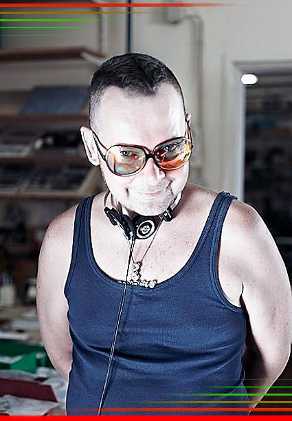 """<b><a href=""""http://realtime-productions.cc/portfolio/dieter/"""">© Matthias Brandstätter   Realtime Productions 2009</a></b> — <b><a href=""""http://www.hartmann-brilliance.com/"""">© Hartmann Optik Wien   Vision Competence Center 2009</a></b> — © Dieter Telfser 2009 – Brille: <b><a href=""""http://www.hartmann-wien.at"""">Oliver Peoples  </a> Modell Sofiane  —  </b> Glastyp: <b><a href=""""http://www.hartmann-brilliance.com/"""">Wien Spazio Solar</a></b> — <b><a href=""""http://telfser.com/stories/7456/"""" >»Heimatlose Hülsen« oder »Homless Voyagers«</b></a> will ich also eine Generation nennen, die <b>sich in ihrer Geborgenheit noch keinen Rezeptor zuspricht.</b> – Obgleich die Schäden durch stetig unterbrochene Arbeitsrythmen längst nicht mehr in ein Handy zu tippen sind, zweifeln »wir« an unserer Tageseffizienz. Nicht spürend, das große Teile jener Vorgänge unter Tags ja gar nicht mehr gesehen werden können. <em>Es liegt also nie an einem Ort, oder an einer Stadt</em> festzustellen, ob man das je so sehen wollte. Seit ich in Wien bin, korrigiere ich <b><a href=""""http://telfser.com/stories/3220/"""">mein Wienbild über den Glastyp</a></b> und nicht über die Darbietung von Vorhandenem. – Das Vorhaben: <b>»Milde«,</b> denn ohne sie besteht keine Voraussetzung nützliche Vorgänge zu erkennen.  – Wer also das Thema <b><a href=""""http://de.wikipedia.org/wiki/Lichtverschmutzung"""">Light-Pollution, sprich Lichtverschmutzung</a></b> noch nicht beim Cell-Engineer weiß, könnte versuchen sich mal etwas genauer mit dem Link auseinandersetzen. – <b><a href=""""http://de.wikipedia.org/wiki/Ultraviolettstrahlung"""">UV-B wie UV-A Strahlung</a></b> verursacht neben <b><a href=""""http://de.wikipedia.org/wiki/Elektromagnetische_Umweltvertr%C3%A4glichkeit"""">Elektromagnetischer Strahlung,</a></b> direkt oder indirekt eine für mich nicht akzeptable Form von <b><a href=""""http://de.wikipedia.org/wiki/Indirekter_DNA-Schaden#Reparatur_von_DNA-Sch.C3.A4den"""">DNA-Schäden.</a></b> – Daher ist es <b>keine modische Entscheidung,</b> eine """