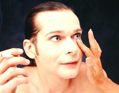 © 1999 Andreas Marini — © 1999 Dieter Telfser 2004 —  Maske: Bettina Grass in den Ateliers Gretter - Bettina ist und bleibt für mich die Meisterin der Farben. Diese Frau hat ein instinktiv sicheres Gefühl für genau jene Töpfchen, die das Auge magisch machen. Ich hatte das Glück ganz nebenbei sehr viel über die Zunft und Disziplin der Maskenbildnerei zu lernen. Grundsätzlich gilt: Niemand braucht eine Maske, aber hie und da kann es zur ganz inneren Freude beitragen.