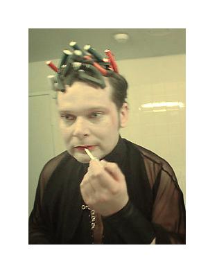 © Dominika Babski 2004 - Dominika schleppte mich auf die CCA-Gala im Wiener Konzerthaus. Bis dato kannte ich den Club der österreichischen Kreativen nur als Mythos in Nüssen aus Gold. Ich trug heroisches CYMK am Kopf und Hair Wolf hatte Mühe und Not die Wickler zu fixieren, denn ich fand eine nicht fertige Frisur für den Abend geradezu inspirierend. Nachdem ich deftig zu spät kam und auch noch Maske für angebracht hielt, lagen um 21:30 nur noch Holland-Rosen herum und Gucci in Menschen redeten voneinander angetan über die Sachlage der Nation. Ganz begriff ich es nicht, denn die typischen Werber in deren Industrie waren mittlerweile zwischen absolutem Chique und GangBang Styling hin und her von sich gerissen. Die Lichtsituation am Abend war ebenso mystisch, obgleich man sich kaum erkennen konnte zwischen Bluedust und Pinkspots in mittlerer Intensität. Ich versuchte zu reden und wurde nur auf meine Lockenwickler hingewiesen und dachte mir: Ach wie nett, wie einfach die Gemüter doch hier noch sind ... naja, nach zwei Stunden Begutachtung der Knöchel an Beinen, Zahnfronten und das Neueste von Costume National schlich ich aufs Klo und begab mich wie üblich auf die Damentoilette, weil ich Frau Babski den Gloss aufpeppen sollte. Nachdem wir vor dem Spiegel standen, fand Dominika, ein Bild tut Not. Genauso schaut es auch aus, aber es zeigt die tödliche Suche nach dem Sinn dieser Veranstaltung in meinen Augen. Nachdem ich sogar ionisierende Maske als Unterlage hatte, fand ich das Wiener Konzerthaus unpassend und würdelos und zog mit meinem Freund Tobi weiter ins Interconti nebenan, wo wir uns deren Drinks in Sinnlosigkeit ergaben. Deren Preise fand ich definitiv korrekter als 10 Euro Entgelt für Schlum ab 24:00 h. Wären nicht reizende Damen und Herren in der Damentoilette länger als üblich geblieben, wäre ich wohl einfach auf der Straße vor dem Haus sitzen geblieben und hätte gewartet, bis wer vorbeikommt, der vielleicht lustiger drauf ist als die Gesellschaft da oben. Sovie