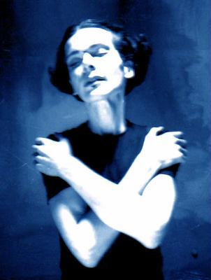 © Atelier Homolka 1999 - Maske: Martin Geisler - Extrem femminine Haltungsstudie mit stoischer, narzisstisch ausgelegter Desinformation. Ich führe gerne Dinge ad absurdum.