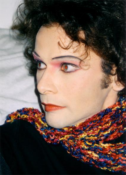 © Bettina Grass 1997 — Bildschnappschuss zur Dokumentation der Maskenstudie von Bettina. Eine Maske die zur persönlichen Ergründung diente, denn die zu femmininen Gesichtszüge durften damals nicht auf die Straße. Somit blieb der endlose Blick mit einer realen Kokketterie ein schöner Abend in der Maske, aber nicht mehr. — Das Bild wurde mir erst 2006 für mein Archiv zur Verfügung gestellt. — Die rote Pupille als solche, wie im Originalbild, belassen und nicht korrigiert.
