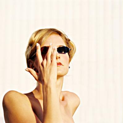 © Meinrad Hofer 2004. Maske: Alice Retzl. Fotosession für die Dokumentation der Mood Corrective Brillenserie 2004 im Museumsquartier in Wien. Verwendeter Glastyp für Mood Corrective 2004: ROT—BLAU: Essilor Orma/Physio/R: 75% rot/L: 75% blau. Modell: Alpha III von Freudenhaus Optik.