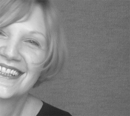 """© <b><a href=""""http://www.evakern.at"""">Eva Kern</a></b> 2005. <b><a href=""""http://telfser.com/stories/3780/"""">PURE. Humans by Eva Kern.</a></b> — Eva Kern ist gebürtige Wienerin und hat ein Herz aus Gold. Als Photographin mit Schwerpunkt Portraits, photographiert sie ausschließlich mit Tageslicht. Die Synergie oder das Zusammenwirken von Lebenssituationen, Stoffen und Kräften im Sinne von »sich gegenseitig fördern« bekam vor der Kamera von Eva Kern eine ganz neue Bedeutung für mich. Es ist der Moment wo sich das Ganze in der Summe seiner Teile verliert, und man sich einfach nur noch geborgen vor ihrer Linse fühlt. Bei PURE geht es um den unverhüllten Blick. Ungeschminkte Gesichter schauen gerade in die Kamera und dem Betrachter offen ins Gesicht, ohne Aggression und ohne zu bewerten oder Stellung zu beziehen. Die Aufnahmen entstehen bei ihr zu Hause; in ihrer Seele. Persönlich und geschützt, lässt sie sein, um vorhandene Punkte zu erkennen. Es ist nicht die Geschwindigkeit, als vielmehr der richtige Moment, die Dinge dann einzuleiten, wenn sie sie intuitiv ertastet und dann dem Intellekt nachreicht."""