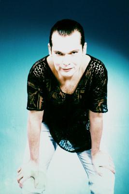 © Toni Seppi 1997 - Maske: Martin Geisler.  Die Jeans war immer mein Erinnerer für die tatsächliche Bodenhaftung. Ich konnte damit zeigen, dass ich eh zu allen gehöre und gar nicht anders sein wollte. Es war mir nicht gegönnt über längere Zeit Jeans zu tragen, da ich von ganz weit drinnen zu meinen Aufgaben geführt wurde. Eigentlich bin ich nur genau jenen Weg gegangen, der einfach zu gehen war. Ich gebe zu, er ist möglicherweise schillernder, als ich dachte. Aber Ruhe hatte ich in meinem Leben noch nie und halte jene auch nicht für besonders sinnvoll. Die Ruhe als kraftschöpfendes Moment überlasse ich lieber den Buddhisten, die das ernsthaft als Kraftschöpfer ihrer geistigen Fortentwicklung betreiben. Die Disziplin habe ich nie begriffen, denn sie schien mir nie fleischlich genug verbunden, um humane Kompetenz weiterzuführen.