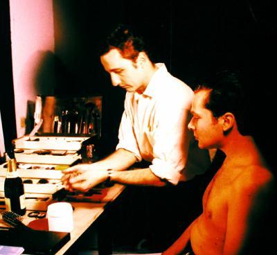 © Toni Seppi 1997 — © Dieter Telfser 2004 — Ein sehr gutes Bild von Martin Geisler, denn genauso, wie er mit den Materialtechniken verbunden ist, entwickelte er auch Gesichtstechniken, die tatsächlich zu meiner Seele sprachen. Schon nach der ersten Grundierungsschicht begann mein Gesicht anders zu funktionierten. Wenn man so will, bin ich eine lebende Puppe mit autoadaptiver seelischer Funktionstechnik. Ich assimiliere selten, trage jedoch jedes Handwerkers Werk mit Würde, so dass es beiden Freude macht. Er selbst bezeichnet sich als die Pille, die glücklich macht!