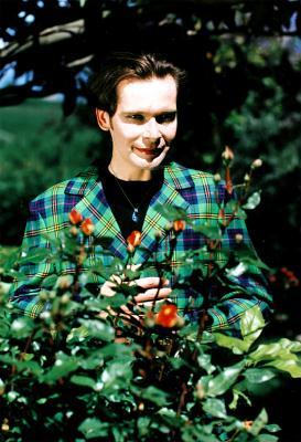 © Andreas Marini 1998 - Im Garten in Südtirol spontan fotografiert und durch die Sonne überbelichtet. Der Gehrock mit dem Herrenrock [mit welchem man tatsächlich gehen konnte] stammt von Herbert Tscholl und diente für ernüchternde Arbeitsbesprechungen. Dieses Material konzentrierte wunderbar abgelenkte Blicke und hatte auf Grund der Maßarbeit nie den modischen Touch wie der Versuch Herrenröcke zu etablieren. Röcke trug ich von Kind an, obwohl man es mir immer versuchte zu verbieten. Der Rock hält zumindest bei mir als Mann in seiner Form immer noch seinen Bestand.