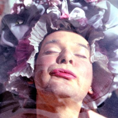 © Meinrad Hofer 2004 — © Dieter Telfser 2004 — Gesicht und Bildschirm: digitale Aktion und Reaktion als zwischenmenschliche Krücke. Von digitaler Hormonausschüttung, 3D im Flachbildschirm und verschnörkelten Inhalten. Eine Abhandlung für alle, die mehr wollen, als sie auf der Bank haben.